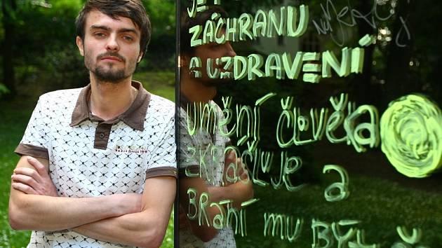 PARAZIT V MĚSTSKÉM PROSTŘEDÍ. Tak znělo zadání semestrální práce na katedře enviromentálního designu Technické univerzity. Student David Čermák popsal pomník poezií a prózou.