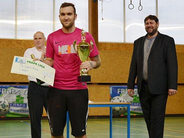 RADOST ZPRVENSTVÍ. Zástupce FC Socky Dostál svítězným pohárem a šekem na tři tisíce korun. Vpravo šéf firmy Frapa František Ryšánek.