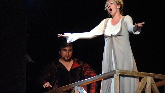 FAUST V DIVADLE. Operu o tom, zda stojí za to zaprodat kvůli nesmrtelnosti duši ďáblu, hraje nyní liberecké divadlo.