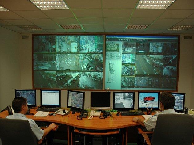 ŘÍDÍCÍ CENTRUM. Strážník, který sleduje výstupy z kamerového systému si může detail z každé kamery přiblížit na velkou obrazovku. Kamery dokáží rozpoznat i čísla registrační značky u auta.