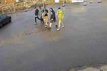Pětice mladíků, po kterých pátrá policie.
