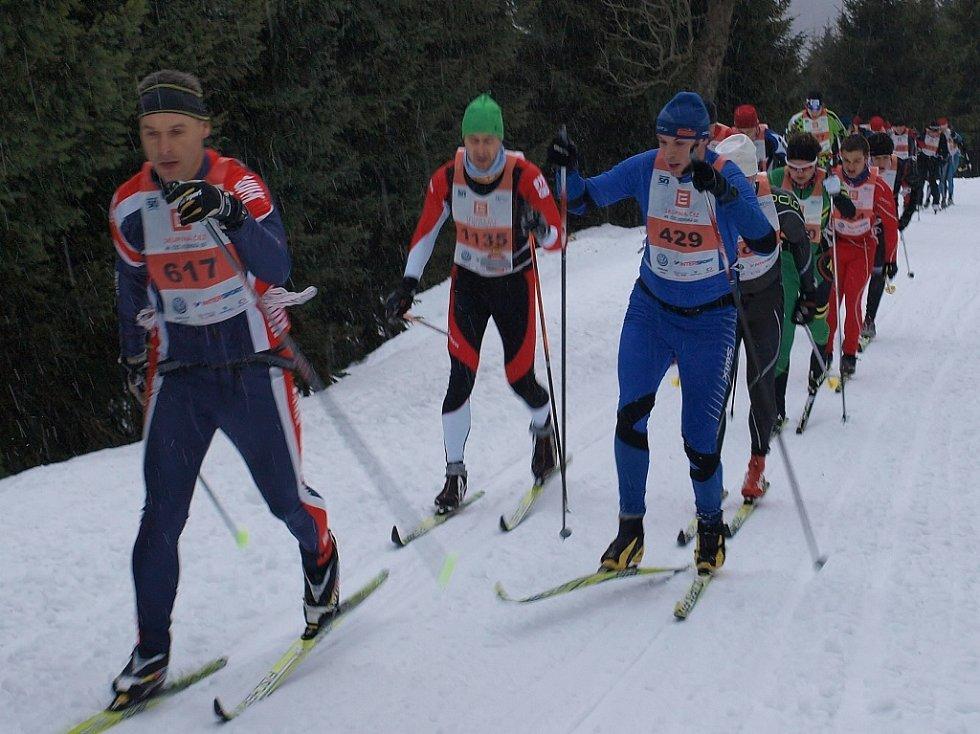 Zkrácenou Jizerskou padesátku vyhrál Pedersen, Řezáč byl sedmý. Tři hodiny trval průjezd závodníků na 30 km.