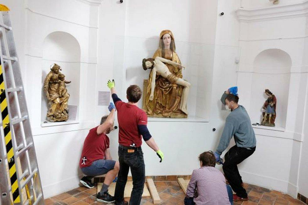 Na své místo v kapli městského muzea Špitálek se koncem května vrátilo jedinečné sousoší Piety.