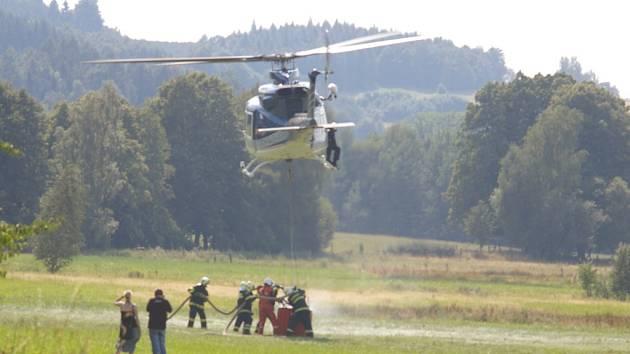 Oheň se v suchém lese na vrcholku hory snadno rozšířil a hasit ho přijelo deset jednotek hasičů a vrtulník.
