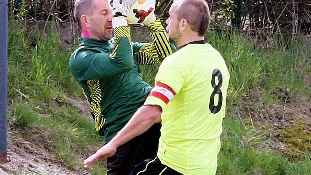 LIBERECKÉ DERBY skončilo výhrou Ruprechtic nad Doubím 4:0. Na snímku je gólman Doubí Jirák a útočník domácích Antoš.