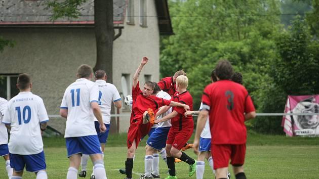 Fotbalová I. B třída. Vesec doma podlehl Hodkovicím 1:3. Vesec je v červeném.