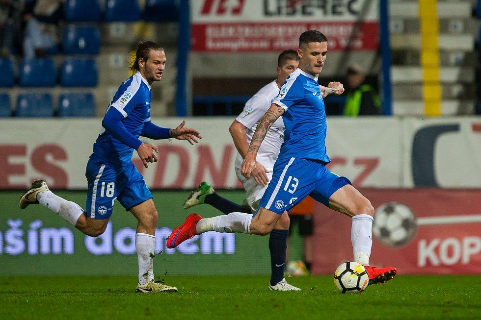 Zápas 8. kola první fotbalové ligy mezi týmy FC Slovan Liberec a 1. FC Slovácko se odehrál 25. září na stadionu U Nisy v Liberci. Na snímku zprava Roman Potočný a Matěj Pulkrab.