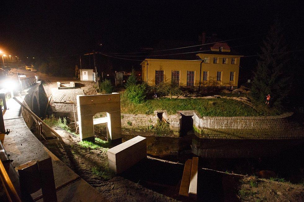 Dělníci usadili lávku na betonové pilíře v Rudolfově v Liberci. Lávka je dlouhá 21,5 metrů