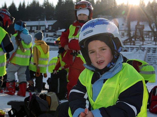SPRÁVNÉ VYBAVENÍ. Horská služba v těchto dnech apeluje na lyžaře, aby nepodcenili ochranné prvky vybavení. Helmu doporučují nejen u dětí, ale i u dospělých sjezdařů.