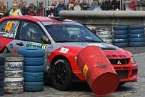 Rychlostní zkouška Rally Bohemia se startem na Sychrově vedla také Hodkovicemi nad Mohelkou. Se sudem z retardédu na náměstí v Hodkovicích si pohrála posádka Peter Gavlák/Miloš Hůlka na Mitsubishi.