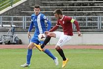 TĚSNÁ PROHRA. O míč bojují vlevo liberecký Tomáš Egert a Sparťan Milan Jurdík, autor rozhodujícího gólu.