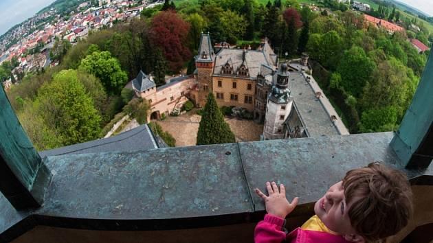 NETRADIČNÍ POHLED NA FRÝDLANT A OKOLÍ. Věž se otevírá jen výjimečně a tak je pohled z jejího ochozu pro většinu příchozích úplně nový.