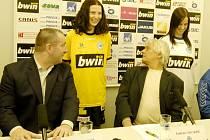 TEMPORA MUTANTUR. V únoru letošního roku ještě sportovní ředitel Josef Jinoch (vlevo) a trenér Ladislav Škorpil svorně se zalíbením hleděli na dres hostesky na tiskové konferenci Slovanu.