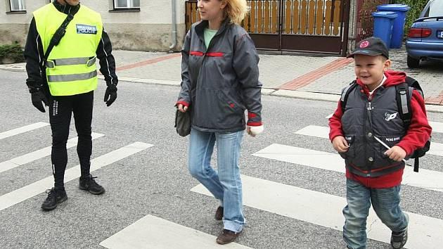 Policisté na přechodech hlídají bezpečnost dětí