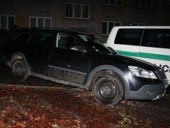 Policie dopadla skupinu zlodějů aut. Ukradli desítku vozidel, škoda je kolem čtyř milionů. Policie našla na místě rozstříhané registrační značky i autorádia.