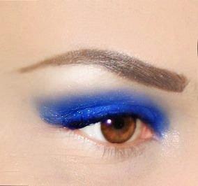 MODRÁ VÍČKA. Extravagantní modrá se hodí především pro hnědooké ženy.