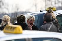 Pietní jízda za zavražděného taikáře. Majitelka taxislužby Šťastná uprostřed.