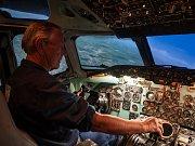 V libereckých Vratislavicích může člověk zažít věrohodný pocit letu či přistání s letadlem Douglas DC-9. Na snímku z 22. června je návštěvník simuláturu.