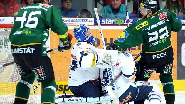 KARLOVARSKÝ ÚTOČNÍK Lukáš Pech atakuje libereckého brankáře Marka Pince, vlevo přihlíží další hráč domácí Energie Petr Kumstát.