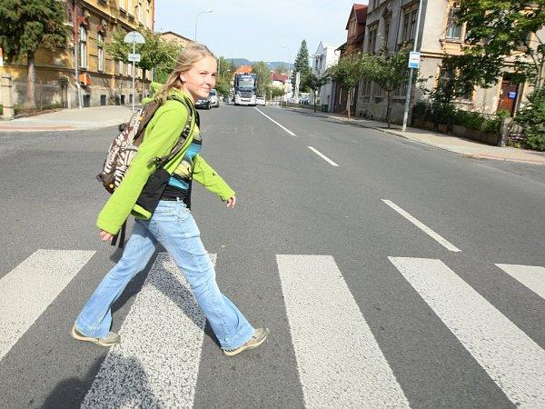ZA MALÝM DIVADLEM. Přes nebezpečný přechod chodí  studenti při cestě na internát itřeba fotbaloví fanoušci. Patří mezi  nejnebezpečnější.