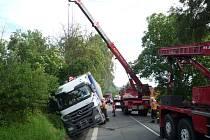 Zapadlý kamion v příkopu.
