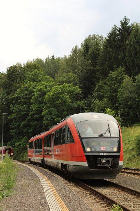 Prezentační jízda železničního dopravce Arriva na tratích v Libereckém kraji. Na snímku vlak Siemens Desiro zachycen před odjezdem ze stanice Sychrov.