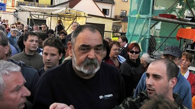 Muže, který několikrát vystřelil v Chrastavě na Liberecku na prezidenta ČR Václava Klause z plastové pistole, zadrželi krátce poté lidé v davu.
