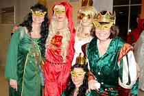 Plesová sezóna nabízí i plesy v kostýmech. Nejenom děti si mohou zablbnout v převlecích. Tradičním karnevalem pro dospěláky, který zaplní Eurocentrum, je v Jablonci Babí hop. Někdo přišel v podomácku vyrobené masce, jiní v kostýmu z půjčovny.