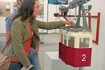 KURIOZITOU VÝSTAVY je i pohyblivý model kabiny v měřítku 1:7, kterou pro výstavu k 80.  výročí ještědské lanovky zkonstruoval autor výstavy Ivan Rous a jeho otec, Ivan Rous st.