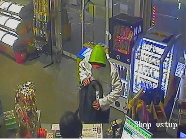 Ozbrojený muž přepadl 3.dubna okolo 23.hodiny čerpací stanici vLondýnské ulici vLiberci. Hledá ho policie.