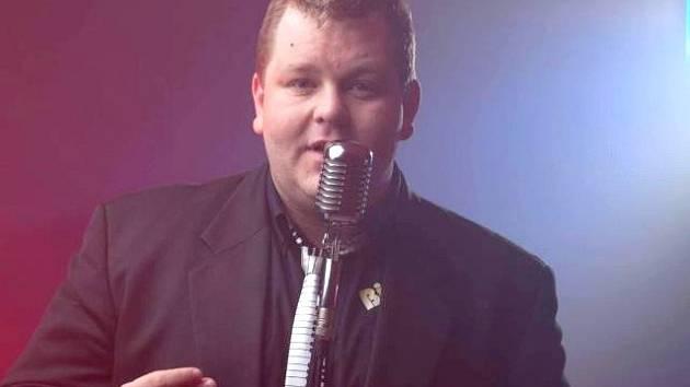 KAPELNÍK Marek Ottl diriguje a zpívá.