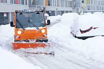 Sníh. Parkování na sídlišti.