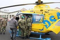 Letecká záchranná služba se předvedla v libereckých kasárnách v rámci konference operátorů tísňových linek.