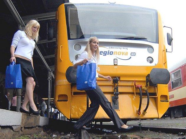 Hedvika Mikešová a Simona Hlubučková obdivují nové vlaky Regionova.