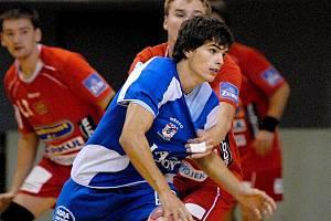 Jedním z řady mladých hráčů, kteří dostali během mezinárodního turnaje o pohár Pětilisté růže příležitost v dresu házenkářů třeboňské Jiskry, byl i Martin Loskot, jehož brání Landa z pražské Dukly. Zápas skončil remízou 20:20.