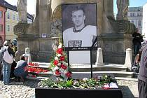 Lidé se přišli s Janem Markem rozloučit také na náměstí Míru, kde byla velkoplošná obrazovka.