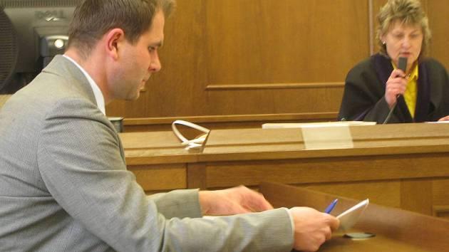 Soudní jednání o vrácení Schwarzenberské hrobky dědičce Alžbětě Pezoldové. Právní zástupce Pezoldové Viktor Rossmann.