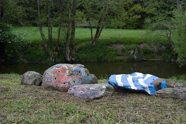 Kameny přání na břehu Dyje u Starého Hobzí.