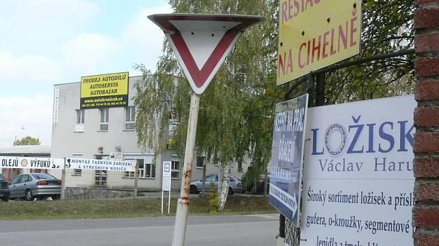 Poškozená značka na výjezdu z bývalé cyhelny v J. Hradci.