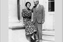 Evžen Alfons Černín s manželkou Josefínou na zámku v Chudenicích roku 1944 – smutná atmosféra snímku nenaznačuje, že oslavovali 25. výročí sňatku.