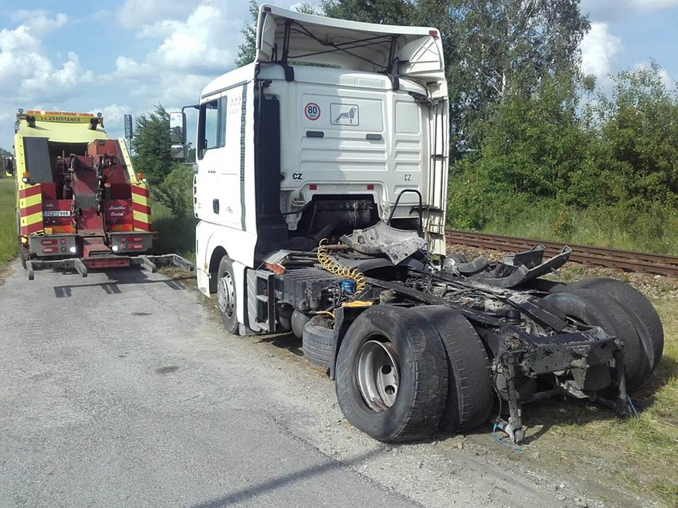 Odstraňování nehody na přejezdu u Nové Vsi nad Lužnicí.