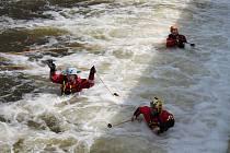 U zabijáckého jezu Pilař poblíž obce Majdalena na řece Lužnici trénovali hasiči celý čtvrtek záchranu tonoucích osob, která může být smrtelně nebezpečná i pro ně.