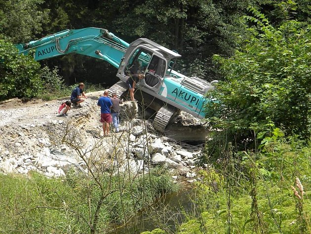 MOST U ALBEŘE prochází rekonstrukcí. Jak ukazuje snímek, i technika může mít své špatné dny.