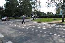 Křižovatka u Alberta. U obchodních domů Albert a Kaufland v J. Hradci hodně lidí přechází silnici mimo vyznačené přechody.