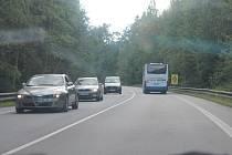 Na chodce přebíhající hlavní silniční tah z Jindřichova Hradce na Třeboň u Nové Hlíny upozorňuje zvýrazněná dopravní značka.