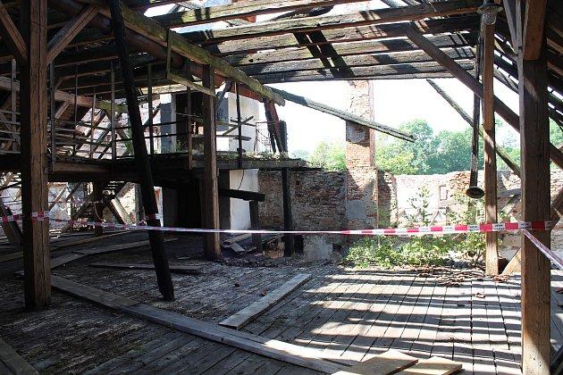 Téměř nepředstavitelně rozlehlé prostory pivovaru v posledních týdnech prokoukly. Sutiny a trosky po požáru jsou už téměř vyklizené.