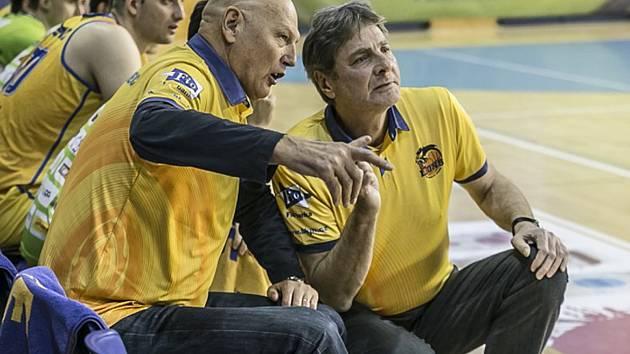 Karel Forejt (vpravo) povede v roli trenéra hradecké basketbalisty i v příští sezoně, jeho chorvatský kolega Rudolf Jugo končí.