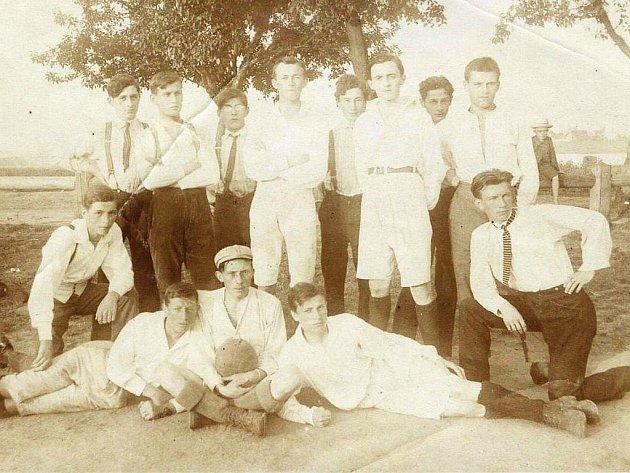 První dochovaná fotografie jindřichohradeckých fotbalistů z tréninku 8. srpna 1919. Na snímku Hanek, R. Schüller, O. Schüller, Zimmer, L. Lhoták, Jar. Bednář, Winter, Žemlička, B. Bednář, A. Lhoták, Dlouhý, Jan Bednář, J. Schüller.