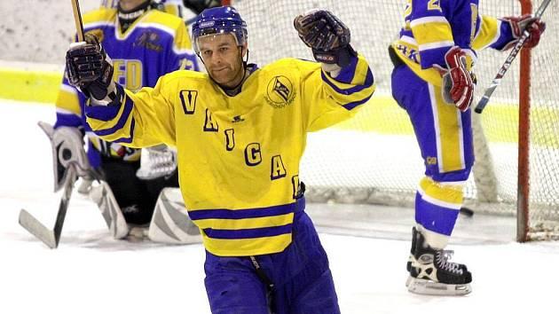 Hokejisté Vajgaru zahájí druholigové boje v neděli na pelhřimovském zimním stadionu. Jedním ze stabilních členů jindřichohradeckého kádru je i obránce Stanislav Fiedler.