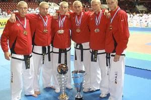 Čeští reprezentanti byli vyhlášeni nejúspěšnějším družstvem mistrovství světa v taekwondo, které se konalo v Rusku. Na snímku zleva: Aleš Vyzrál, Roman Havlíček, Juraj Hasík, Jan Mraček, Jan Klaška a Přemysl Šesták.